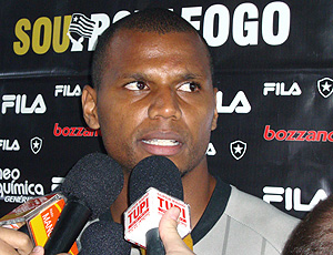 Jefferson goleiro do Botafogo durante entrevista