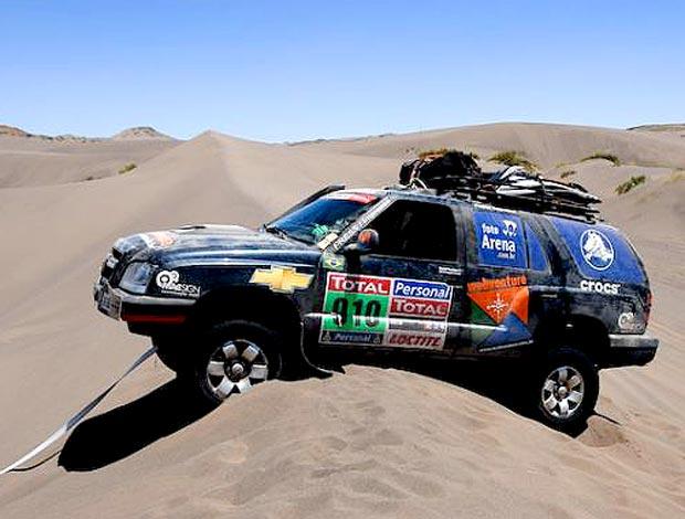 Carro dos fotógrafos atolado no Dakar
