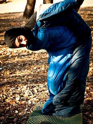Fotógrafo e seu saco de dormir na trilha