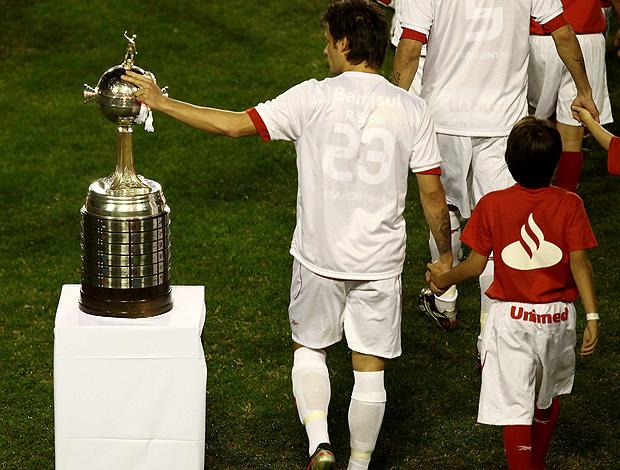 Rafael Sobis passa a mão na taça da Libertadores