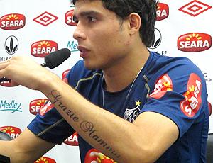 Zezinho, homenageia mãe em tatuagem. Santos