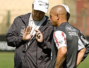Adilson Batista e Roberto Carlos no treino do Corinthians