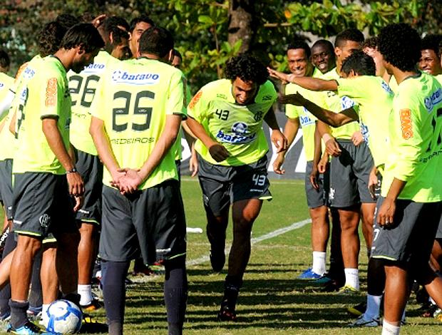 Diogo, tomando corredor pôlones no treino. Flamengo