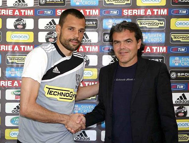 Diego Cavalieri ao lado do dirigente do Cesena durante apresentação