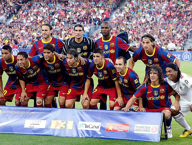 Ronaldinho Gaúcho posa com o time do Barcelona (Foto: EFE)