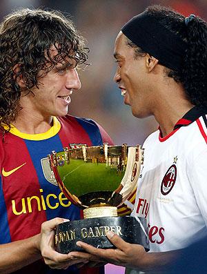 Ronaldinho Gaúcho recebe taça das mãos de Puyol