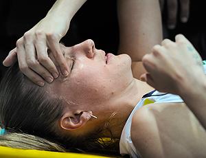 Mari machucada na partida de vôlei do Brasil contra Polônia