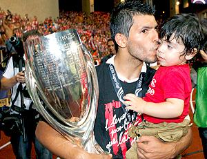 Aguero e filho, com taça. Atlético de Madri (Foto: EFE)