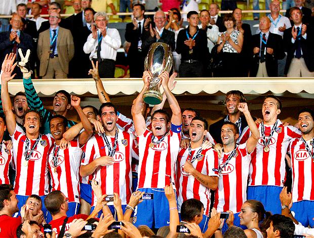 Jogadores do Atlético de Madri, levantam taça da Supercopa
