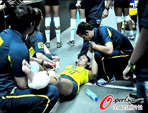 Reprodução www.osports.qq.com  vôlei brasil Paula pequeno contusão