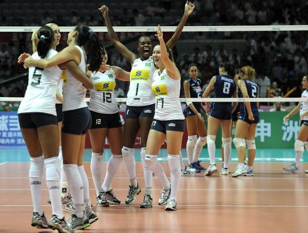 Seleção brasileira feminina de vôlei comemora contra a Itália - Grand Prix