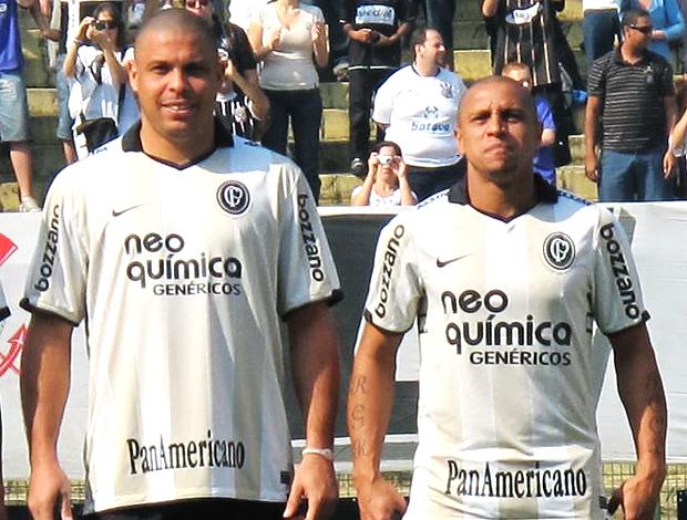 Ronaldo e Roberto Carlos com a camisa do centenário do Corinthians