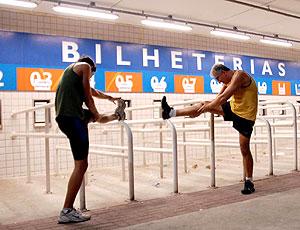 corredores se alongando na bilheteria no jogo Duque de Caxias x Ipatinga