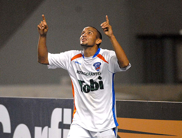 Geovane comemora gol do Duque de Caxias contra Ipatinga