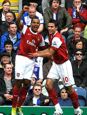 Theo Walcott comemora gol do Arsenal contra o Blackburn