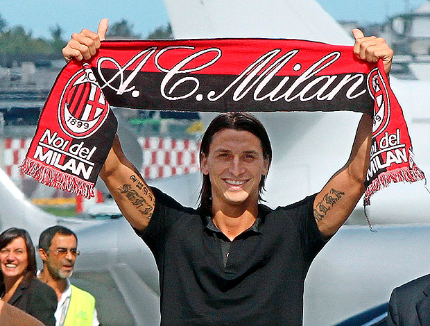 Ibrahimovic com cachecol do Milan no aeroporto da Itlia
