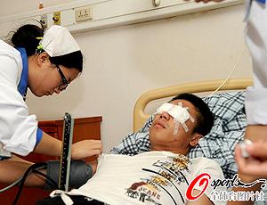 Feng Shaoshun operado olho