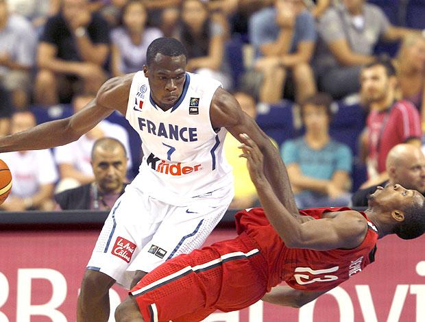 Alain Koffi e Jevohn Shepherd na partida de França x Canadá do mundial de basquete
