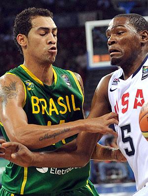 Marquinhos na partida contra os EUA no mundial de basquete