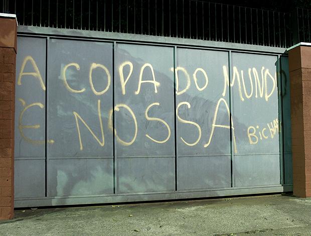 pichação no muro do São Paulo