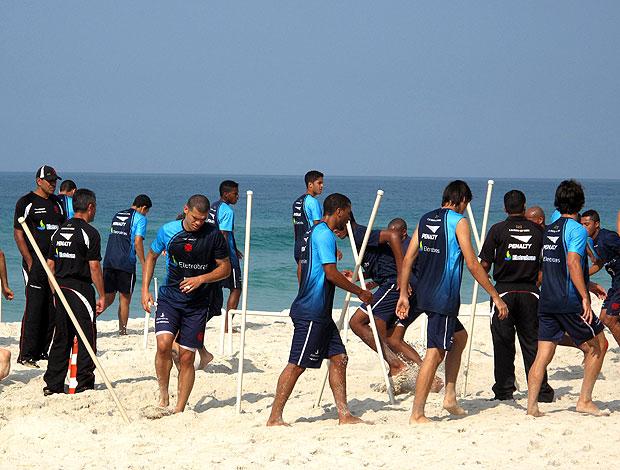 equipe do Vasco treinando na praia