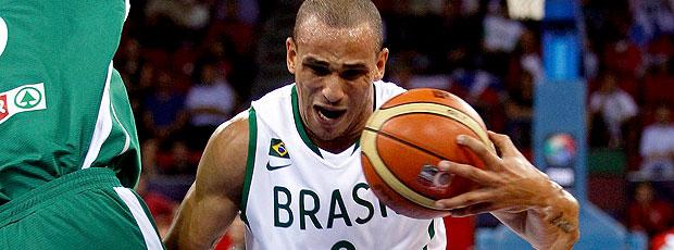 Alex na partida do Brasil no basquete