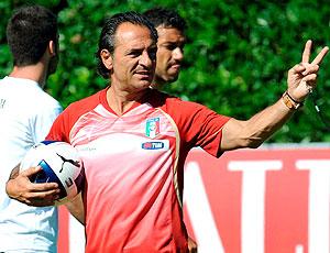 Cesare Prandelli no treino da seleção da Itália