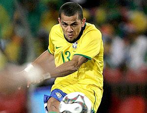 Daniel Alves cobra falta para marcar gol pela seleção 2009