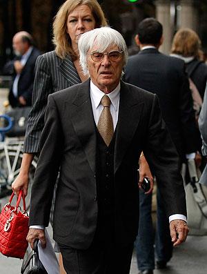 Ecclestone no julgamento da Ferrari em Paris (Foto: Reuters)
