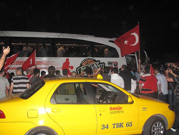 Basquete torcedores Turquia ônibus