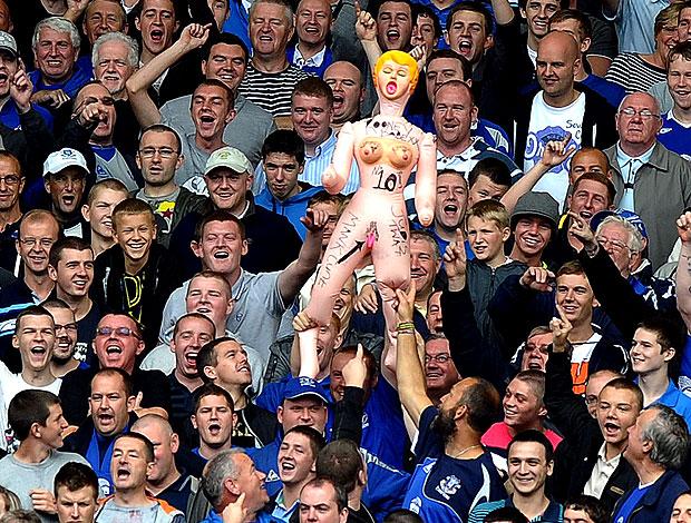 torcida do Everton com boneca inflável de Rooney contra o Manchester United