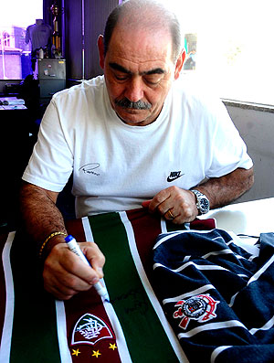 Rivelino com as camisas do Corinthians e Fluminense