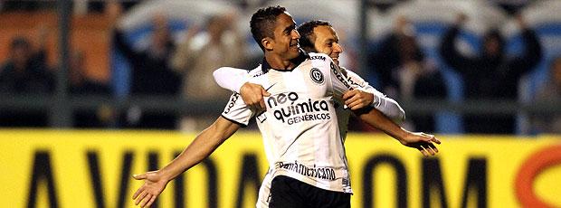 Jorge Henrique e Iarley comemoram gol do Corinthians