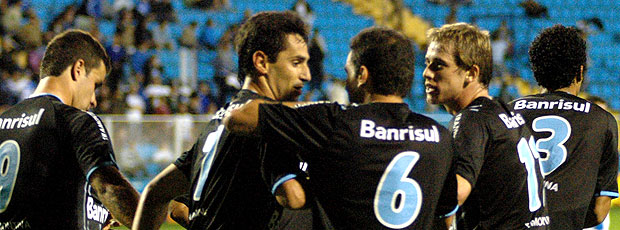 Jonas comemora gol do Grêmio contra o Avaí