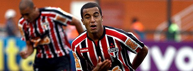 Lucas comemora gol do São Paulo contra o Palmeiras