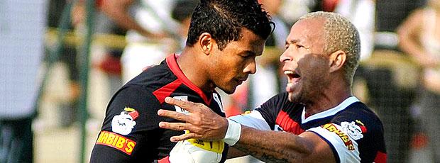 Viafara e Júnior comemoram gol do Vitória