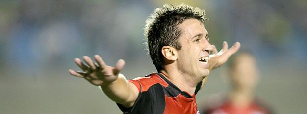 elias comemora gol do atlético-go sobre o goiás