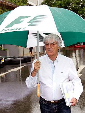 Bernie Ecclestone nos boxes do GP de Cingapura (Foto: Reuters)