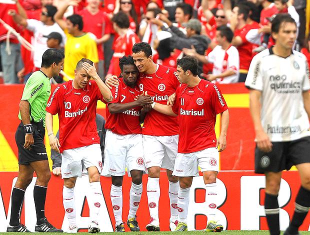 Internacional bate o Corinthians e tira liderança do timão
