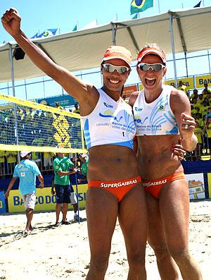 Juliana e Larissa comemoram título em João Pessoa