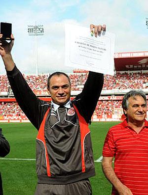 Clemer, preparador de goleiros do Inter, recebendo título de Cidadão Honorário (Foto: Divulgação / Site Oficial do Internacional)