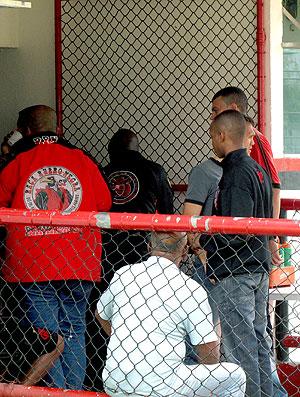 torcida do Flamengo na porta do vestiário durante o treino