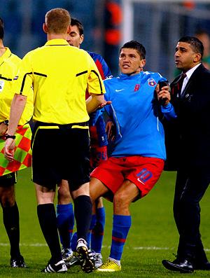 marcin borsky árbitro da partida entre Steau bucareste e napoli