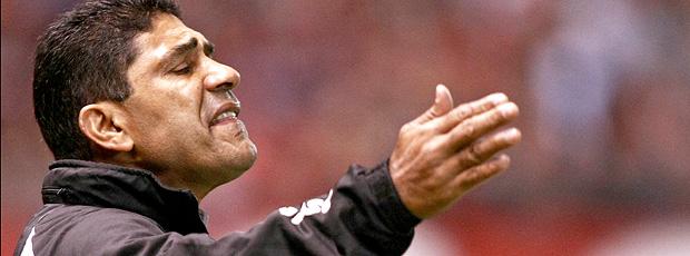 O técnico Acácio Barreto, do Vasco, durante partida contra o Atlético-PR (Foto: AE)