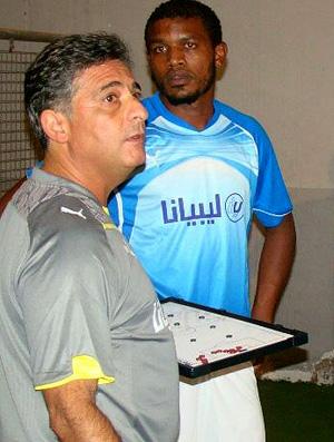 marcos paquetá orienta jogadores da seleção da libia (Foto: Divulgação)