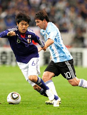 Ushida e Messi em lance do jogo entre Japão e Argentina