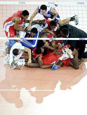 Cuba comemora a vitória no jogo contra a Sérvia no Mundial masculino de Vôlei
