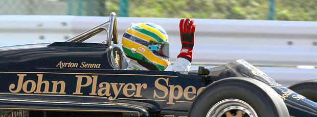 Bruno Senna anda na Lotus de Ayrton Senna