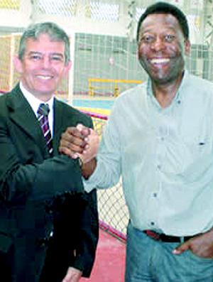 Pelé com o presidente do Jabaquara, Bento Prazeres- especial Pelé