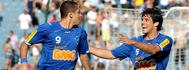 Wellington Paulista comemora o gol no  jogo entre Cruzeiro e Fluminense